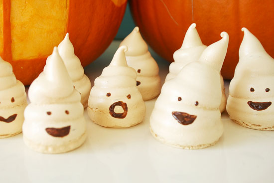 ... - Spooky Halloween candy. How cute are these little ghost meringues