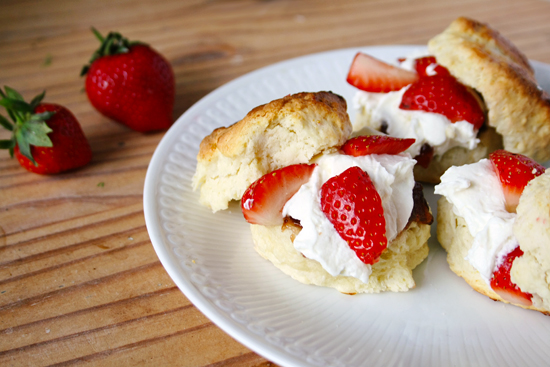 Scones with strawberries and 'clotted cream'Scones with strawberries and 'clotted cream'