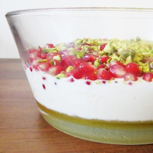 Recipe - Greek yogurt with pomegranate and pistachio