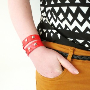 These cute duct tape bracelets are super easy to make. With DIY video!