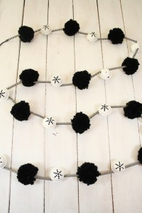 This DIY Pom pom and paper straw Christmas garland is super easy and fun to make. You could make it in any color, or multiply colors! A must for your Christmas tree! #Christmas #DIY #Garland