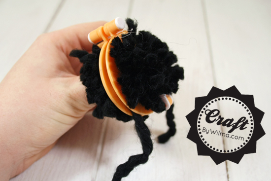 DIY project: How to make pompoms easy and fast with a pom pom maker