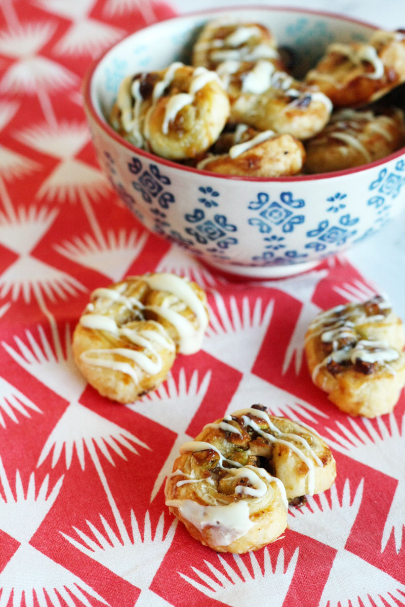 Recipe - Sweet puff pastry snacks with fig compote, pistachios and white chocolate
